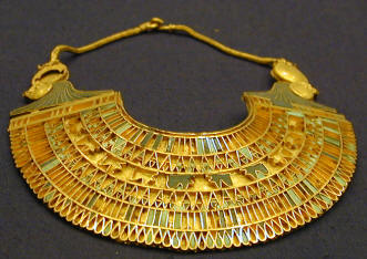 Ancient-Egyptian-gold-jewelry-artifact-exhibit-in-the-Egyptian-museum-in-Cairo