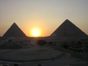 Sunrise between the pyramids: Re-Horankty